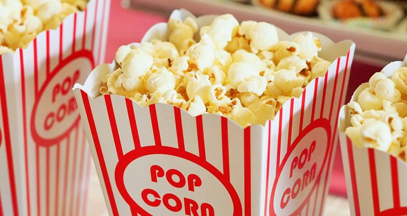 Pop-corn i röd-vitrandiga tråg